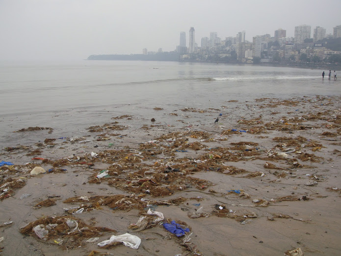 Drewmanity-India-mumbai-chowpatti-beach-trash-north