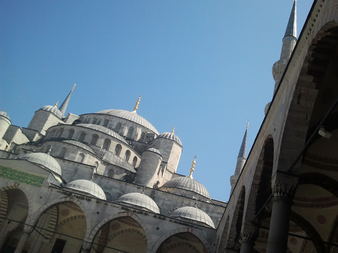 drewmanity-turkey-istanbul-blue-mosque-courtyard
