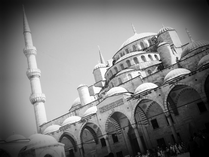 drewmanity-turkey-istanbul-blue-mosque-grey